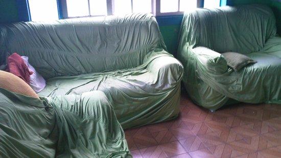 O Sorriso do Lagarto: esse é a área de televisão, tem três sofás para se sentar ou deitar