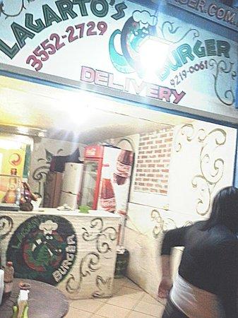 O Sorriso do Lagarto: Esse é o delivery de hamburger da pousada que funciona á noite e fica ao lado do hostel.