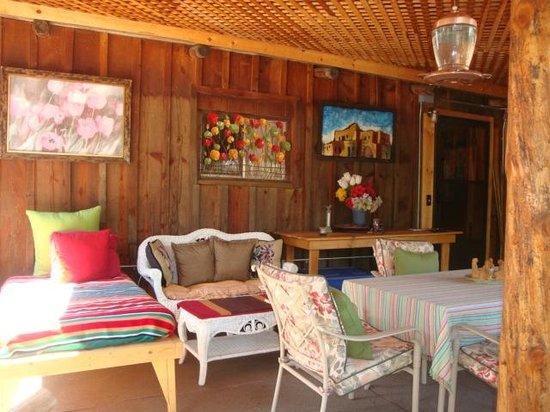 Cimarron Rose B&B: Outdoor room (back porch)