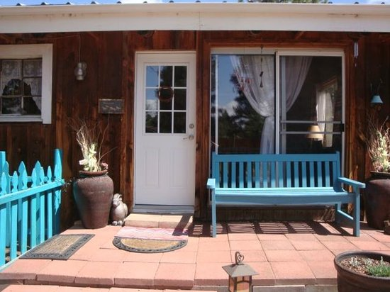 Cimarron Rose B&B: Front Porch with great views of bird feeders
