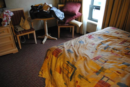Best Western Plus Cairn Croft Hotel : Worn, faded bedspread