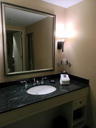 Boston Harbor Hotel: Vanity area