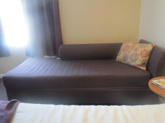 Premier Inn Stratford Upon Avon Central Hotel: sofa