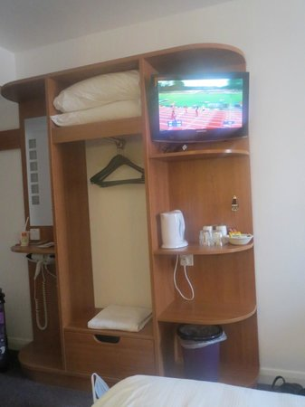 Premier Inn Stratford Upon Avon Central Hotel: tv