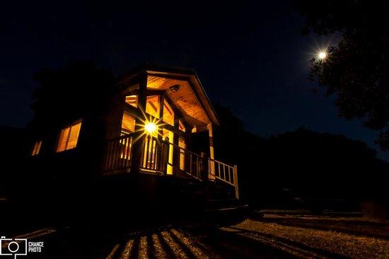 El Capitan Canyon: Creekside Cabin at night