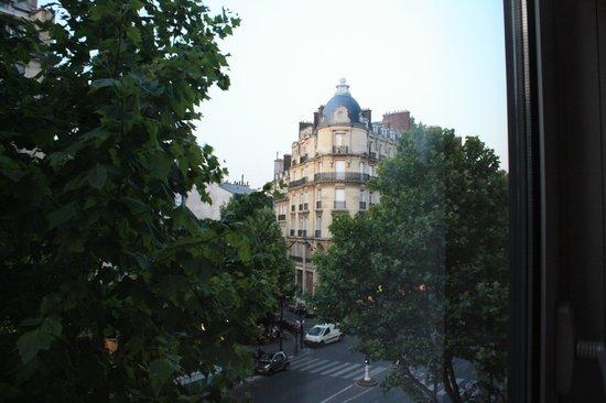 Mercure Paris Arc de Triomphe Etoile : View from the window of 3rd floor room (room 333)
