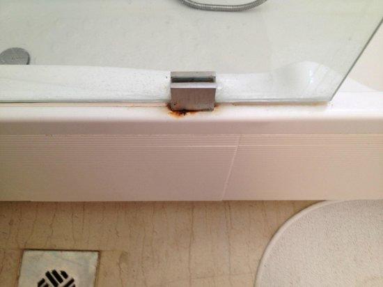 9 Muses Santorini Resort : Rust stain on bathtub