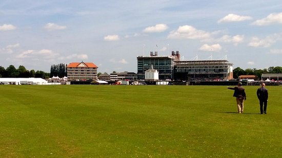 York Racecourse : The walk from the hotel to the course