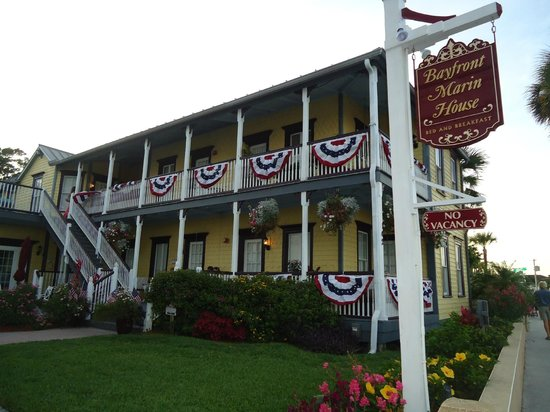 Bayfront Marin House Historic Inn : Bayfront Marin decorated for Memorial Day