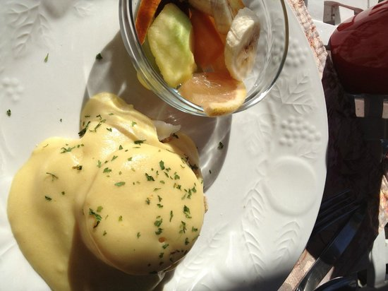 Bayfront Marin House Historic Inn : Eggs Benedict with fruit