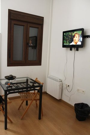 Km1 Tirso de Molina Apartments : table and tv
