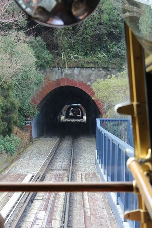 Wellington Cable Car: VIew through the tunnel