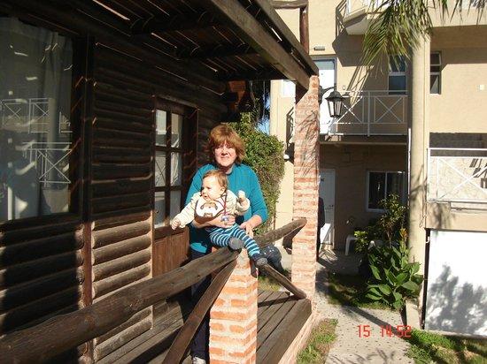 Posada Ata Ma: Abuela y nieto en el frente de cabañas y departamentos