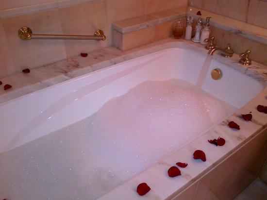 Al Faisaliah Hotel: How a Valet prepares your bath