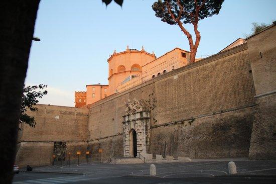 Hotel Alimandi Vaticano: View of Vatican from Hotel entrance.