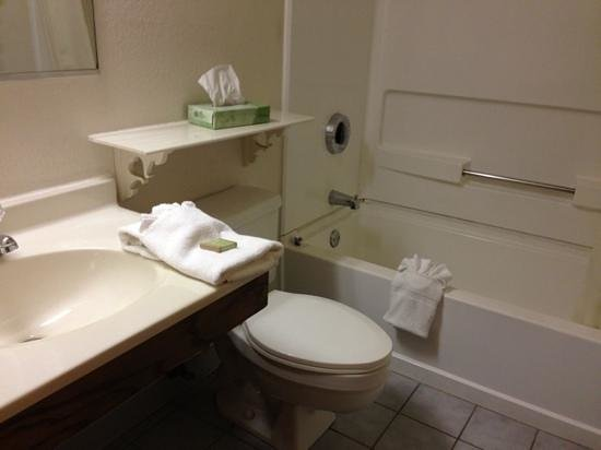 Super 8 Maysville KY: Bathroom