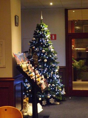 Royal Astor Hotel: Christmas tree in foyer area