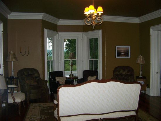 Little Lakes Inn & Healing Center: Parlor