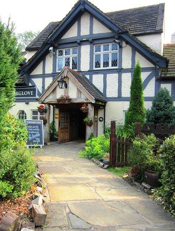 Innkeeper's Lodge Huddersfield, Kirkburton: The walkway to the entrance.