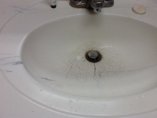Travelodge Inn & Suites San Antonio Airport: Sink..not only needs to be replaced..just gross.