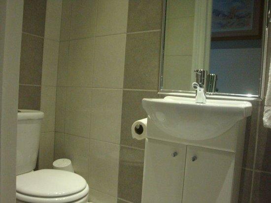 Holland Court Hotel : In Room Amentiies - Bathroom