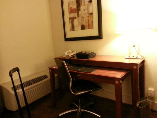 Hilton Washington DC North Gaithersburg: Workstation for King Room
