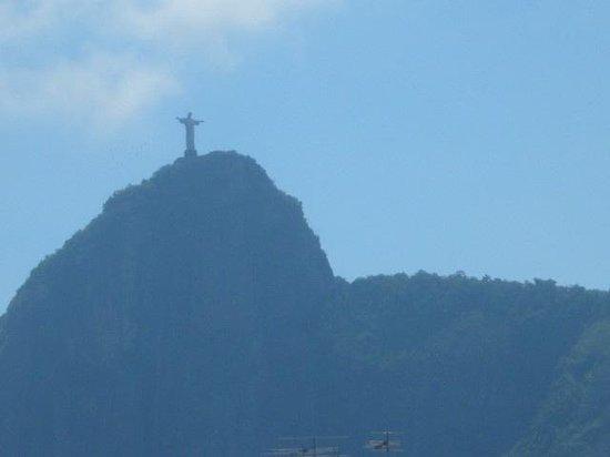 Arena Copacabana Hotel: Vista da janela do quarto: O Cristo :)