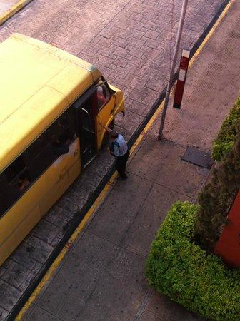 Hotel Casa del Balam : Los autobuses se detienen y arrancan justo frente al Hotel