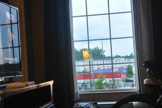 La Quinta Inn Savannah I-95: Overlooking a....gas station..