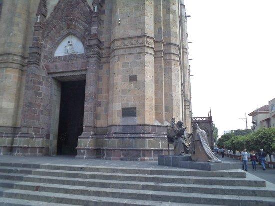 Expiatory Temple: México, Guadalajara. Templo Expiatorio. Estatua al exterior.