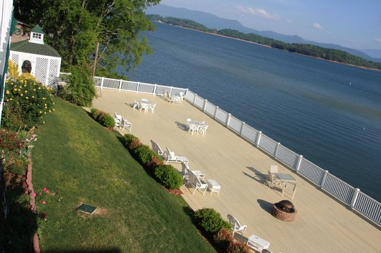 Mountain Harbor Inn Resort On the Lake: The sundeck on the back of the inn