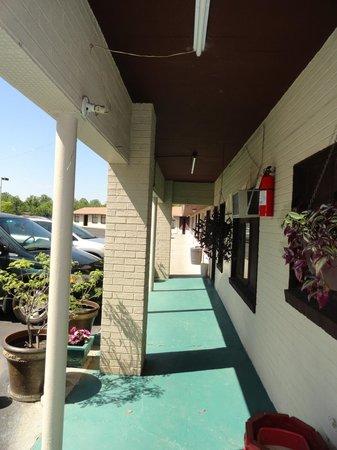 Ellijay Inn : Walkway