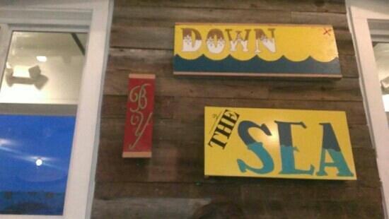 Surf House Oyster Bar & Surf Camp: decor