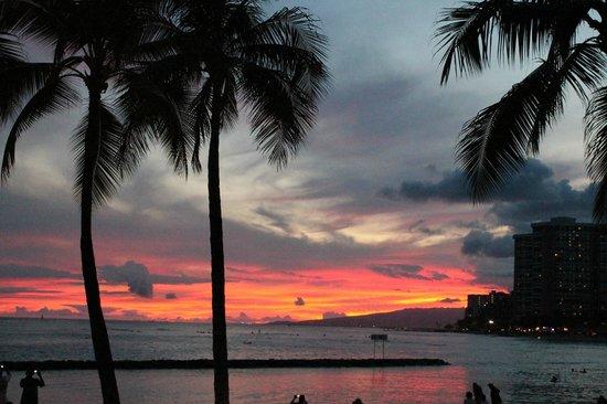 Kuhio Beach: Sunset on the Beach