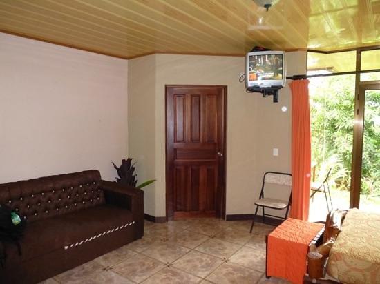 Ara Ambigua Lodge: Rechts de bedden, deur van de badkamer