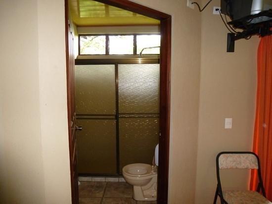 Ara Ambigua Lodge: kleine badkamer met toilet