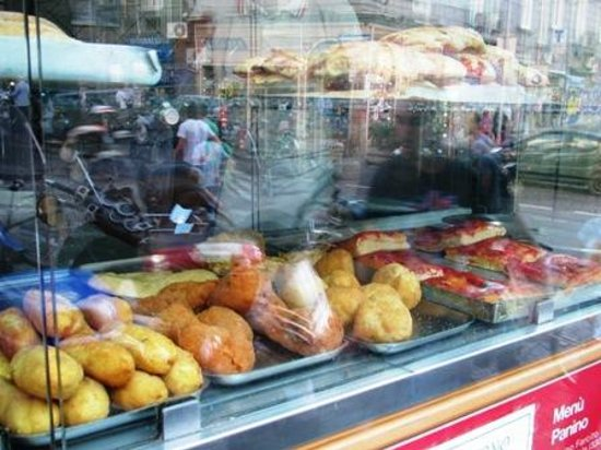 Pizzeria Giuliano : Many delicious foods in the display window.