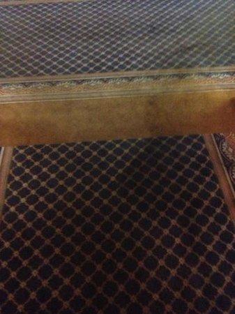 Regency Inn : nasty carpets
