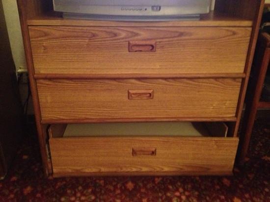 Regency Inn : broken furniture