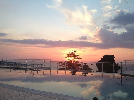 Art Hotel Gran Paradiso: Sunset, poolside.