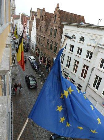 Oud Huis de Peellaert: View of the hotel flags blowing in the wind