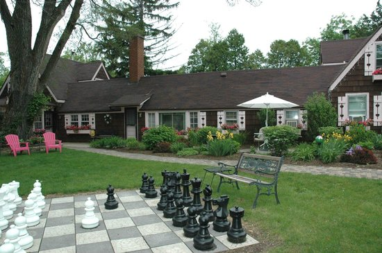Lazy Cloud Lodge Bed and Breakfast: An outdoor chess set!
