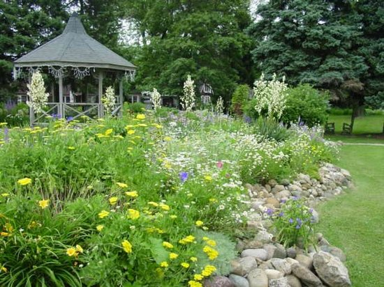 Lazy Cloud Lodge Bed and Breakfast: Gazebo garden