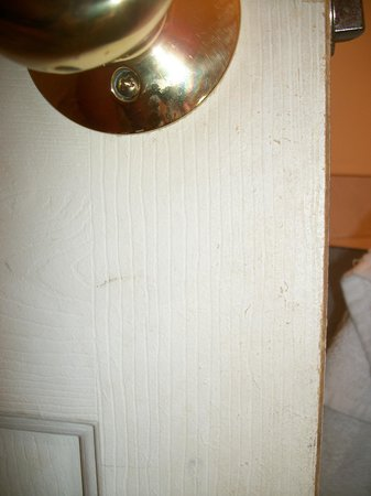 Seashore Park Inn: Dirty finger prints on bathroom door