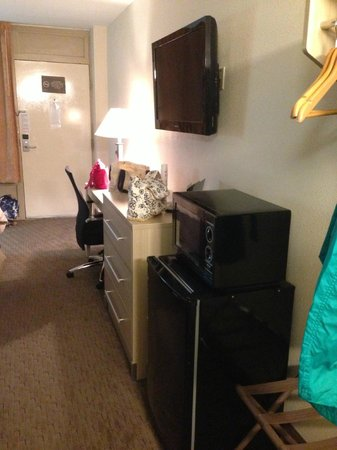 Red Roof Inn Staunton: Bureau, tv, fridge, microwave.