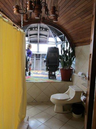 Hotel Costa Verde: 727 cockpit bathroom