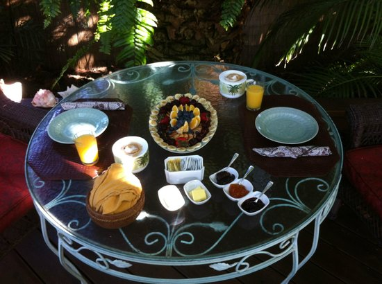 Atlantis House: Breakfast on the patio