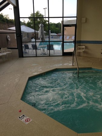Four Points by Sheraton Nashville-Brentwood : View of whirlpool and pool