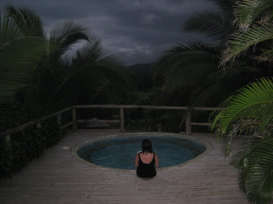 El Sabanero Eco Lodge: Sitting in the whirlpool, looking at the mountains