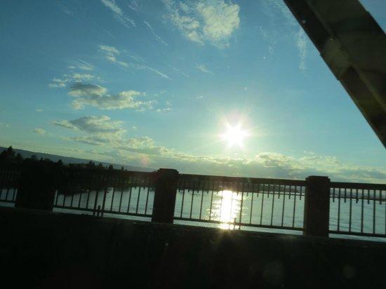 Oxford Suites Portland - Jantzen Beach: Ponte sobre o rio Columbia